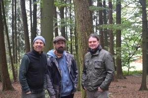 Garrett, Isra y Haiko en un bosque cerca de Munich.