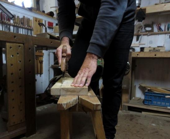 Serrando madera para la puerta