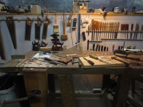 El taller lleno de serrín