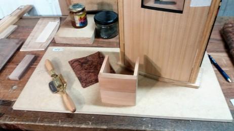 Preparando los cajones y la chapa de nogal