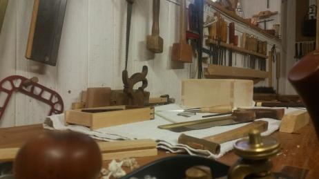 Preparando incrustaciones de ébano y acebo