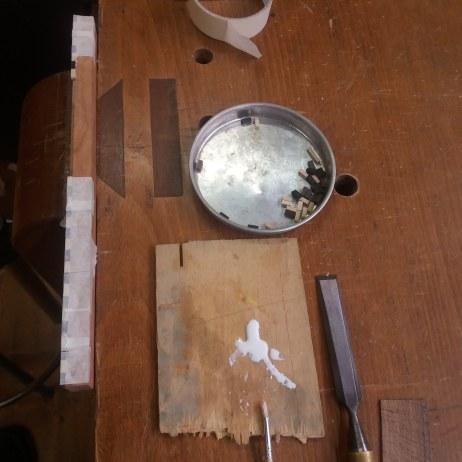 Encolando las piezas de ébano y acebo.