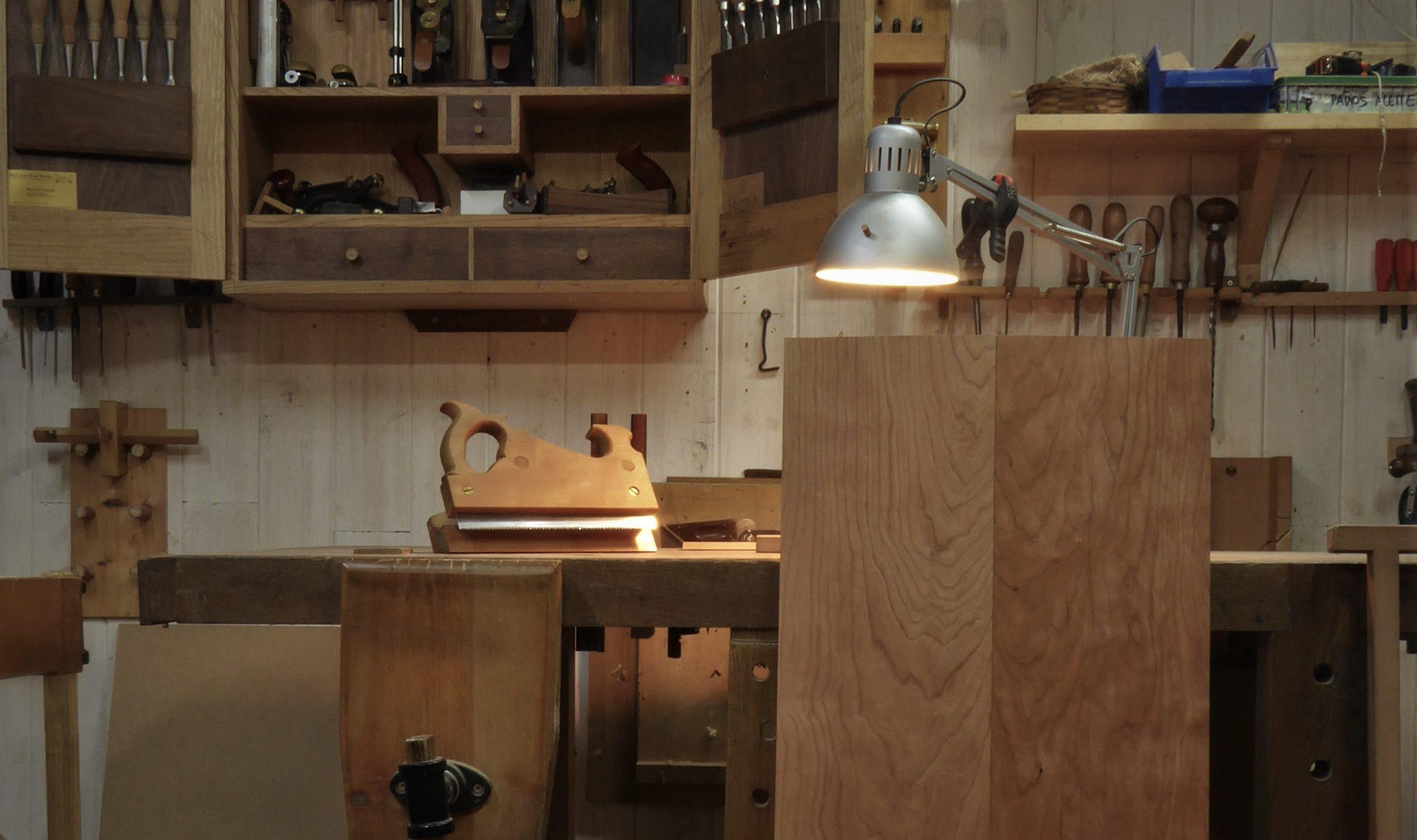 Lacabra En La Escalera Ebanister A Con Herramientas Manuales # Muebles Mundo Box