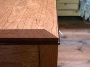 Detalle de encuentro entre tapa y moldura.